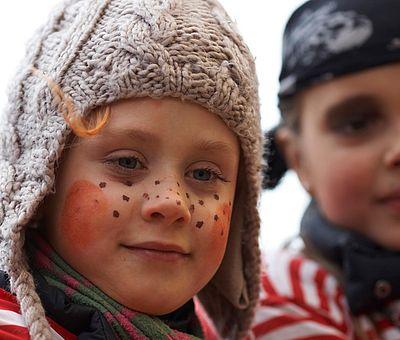 Verkleidete Kinder beim Kölner Rosenmontagszug