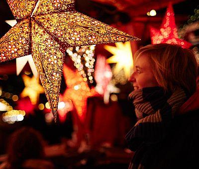 Deko-Stern auf dem Weihnachtsmarkt im Kölner Stadtgarten ©KölnTourismus GmbH, Dieter Jacobi