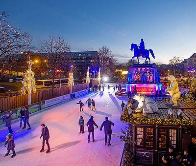 Freiluft-Eisbahn auf dem Weihnachtsmarkt 'Heimat der Heinzel' in der Kölner Altstadt ©Weihnachtsmarkt Kölner Altstadt