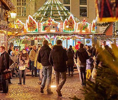 Besucher auf dem Weihnachtsmarkt 'Nikolausdorf' auf dem Kölner Rudolfplatz ©KölnTourismus GmbH, Dieter Jacobi