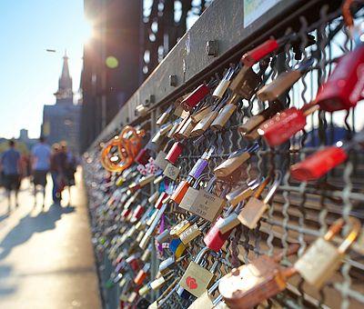 Liebesschlösser an der Kölner Hohenzollernbrücke ©KölnTourismus GmbH, Dieter Jacobi