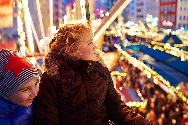 Kinder auf dem Weihnachtsmarkt 'Heimat der Heinzel' in der Kölner Altstadt
