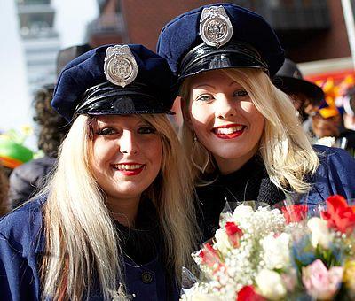 Als Polizistin verkleidete Besucherinnen beim Kölner Rosenmontagszug ©KölnTourismus GmbH, Dieter Jacobi