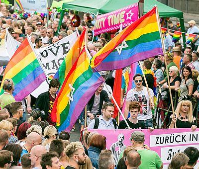 ColognePride: CSD-Teilnehmer mit Regenbogenfahne in Köln ©Jörg Brocks, KölnTourismus GmbH