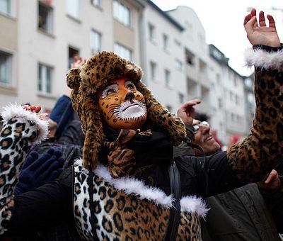 Als Leopardin verkleidete Besucherin beim Kölner Rosenmontagszug ©KölnTourismus GmbH, Dieter Jacobi