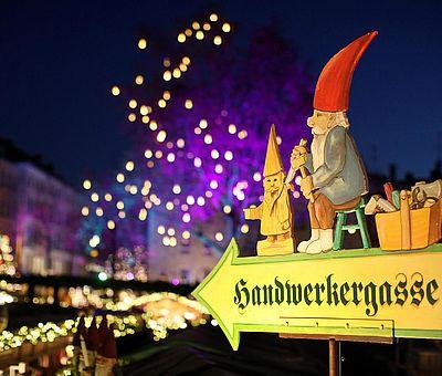 Wegweiser zur Handwerkergasse auf dem Weihnachtsmarkt 'Heimat der Heinzel' in der Kölner Altstadt ©Weihnachtsmarkt Kölner Altstadt