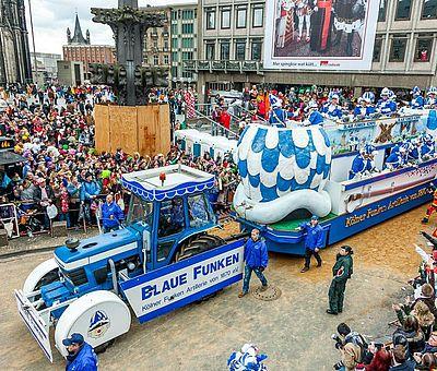 Wagen der Blauen Funken beim Kölner Rosenmontagszug ©Andre Hünseler