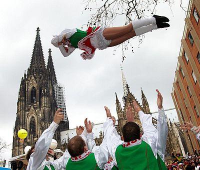 Fliegende Funkenmarie beim Kölner Rosenmontagszug ©KölnTourismus GmbH, Dieter Jacobi