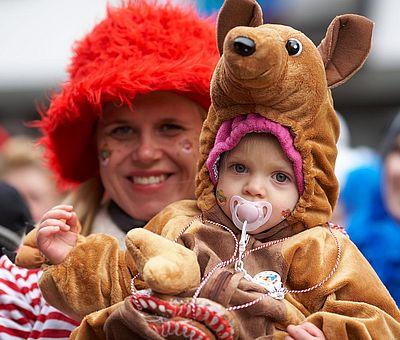 Verkleidetes Kind beim Kölner Rosenmontagszug ©KölnTourismus GmbH, Dieter Jacobi