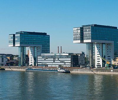 Blick auf den Rhein und den Rheinauhafen mit seinen markanten Kranhäusern ©www.badurina.de, KölnTourismus GmbH