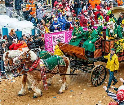 Pferdewagen der EhrenGarde der Stadt Köln beim Kölner Rosenmontagszug ©Andre Hünseler