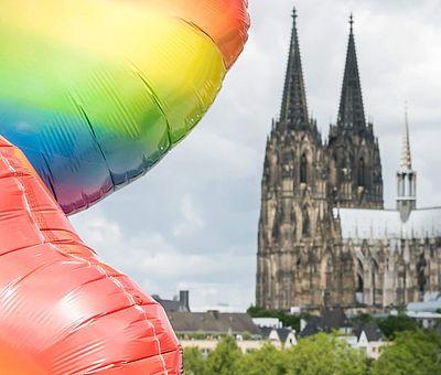 ColognePride: Regenbogen-Luftballon vor dem Kölner Dom ©Jörg Brocks, KölnTourismus GmbH