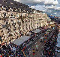 Rosenmontagszug zieht am Kölner Dom vorbei ©Andre Hünseler