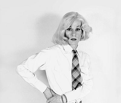 'Altered Image' 1981 von Christopher Makos, eine Zusammenarbeit mit Andy Warhol, basierend auf Man Rays und Marcel Duchamps gemeinsamer Arbeit 'Rrose Sélavy', 1920. Foto: Christopher Makos, makostudio.com, 1981