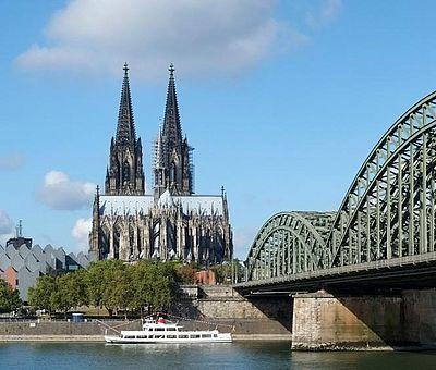 Kölner Rheinpanorama: Romanische Kirche Groß St. Martin, Kölner Dom und Hohenzollernbrücke ©KölnTourismus GmbH, Dieter Jacobi