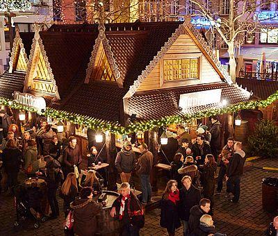 Besucher auf dem Weihnachtsmarkt 'Heimat der Heinzel' in der Kölner Altstadt ©KölnTourismus GmbH, Dieter Jacobi